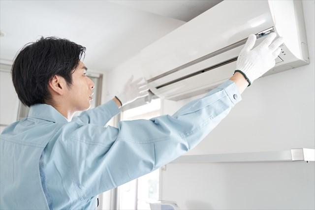 エアコンを取り換える写真